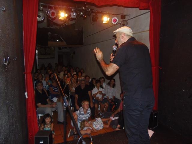 Homenaje Cabal 26 feb 2015_el público no pierde palabra de las narrraciones de Claudio Ledesma